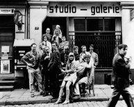 gruppe_vor_studio.jpg